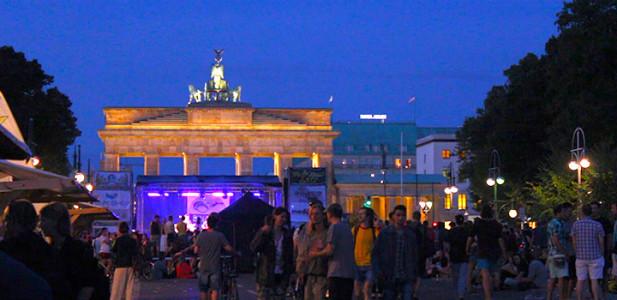 brandenburger-tor-hanfparade-abschluss-konzert-bühne-musik-ende-parade