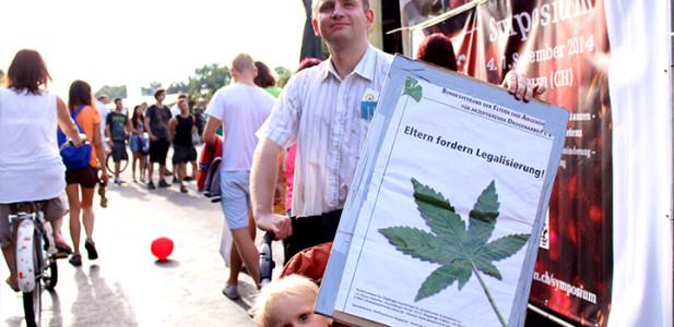 hanfparade-eltern-fordern-legalisierung-max-plenert-dhv-hanfverband-kind-vater-kinderwagen