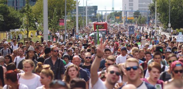 hanfparade2014-demo-leute-voll-menschen-party-truck-parade
