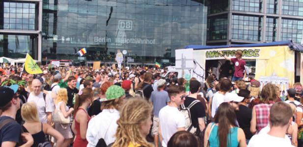 hauptbahnhof-hanfparade-demonstration-party-parade-wagen-leute-menschen