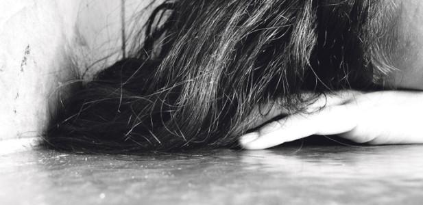 postraumatische-belastungsstörung-grau-depression-tot-vernichtung-gruppensex-haare-mädchen-frau-weinen