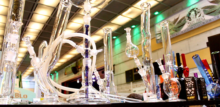 Cannatrade2-bongs-pfeifen-glas-glitzer-close-halle