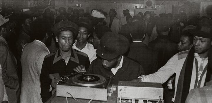 Unbekannter UK Soundsystem Dance in den 1960ern (Auf dem Lautsprecher im Hintergrund steht Ouak City)