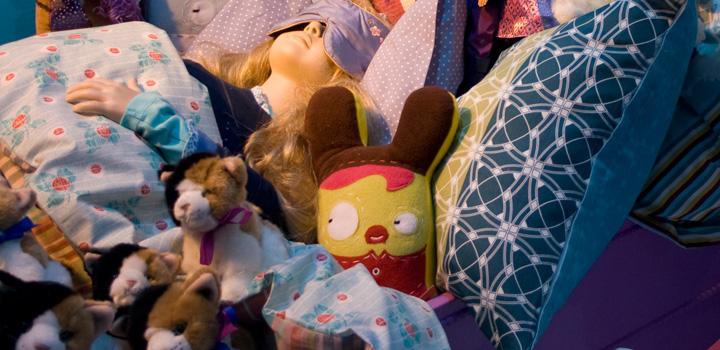 schlafstörung-thc-medizin-bett-kuscheltier-panik-puppe-kitsch-kinderzimmer