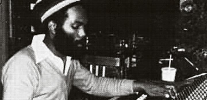 Dennis Bovell aka. Blackbeard in den Gooseberry Studios in London Ende der 70erWoher