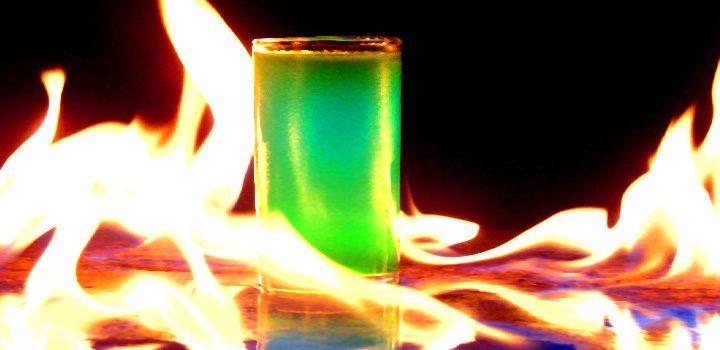 clubmed-grün-schnaps-alkohol-feuer-shot-flammen-glas-chemie