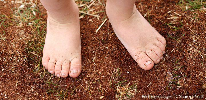 titel-hanfjournal-hanf-journal-september-füße-kinderfüße-sand-erde-soweit-die-füsse-tragen