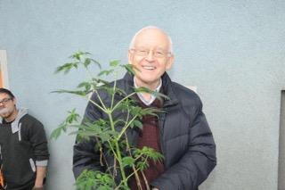 Robert mit Pflanze