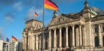 titel-februar-reichstag-flaggen-politik freeimages jsefu makkeö